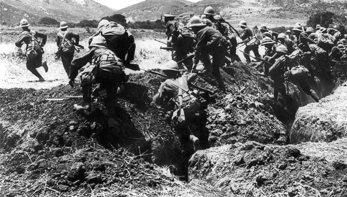 Allied troops on the offensive at Gallipoli, April 1915.